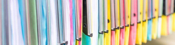 Dossiers professionnels multicolore dans tagre de bureau