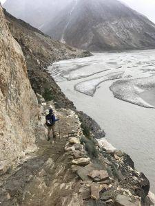 I bunden af Baltoro gletsjeren og langs klippesiderne