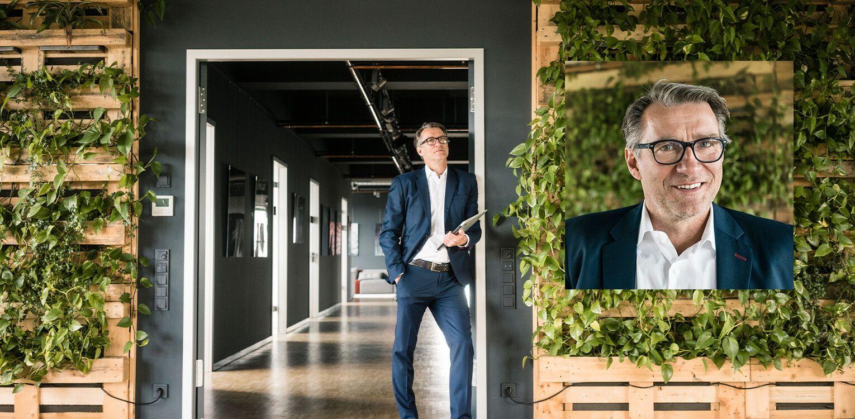 inovatif ofiste çalışan bir adam