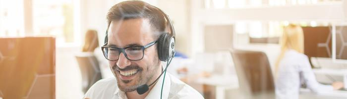 Image picture man with headset in conversation with a client without jacket 20181221 GLO EN