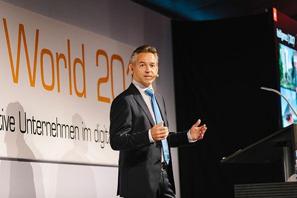 Norbert Rotter, CEO der itelligence AG bei seiner Begrüßungsrede.