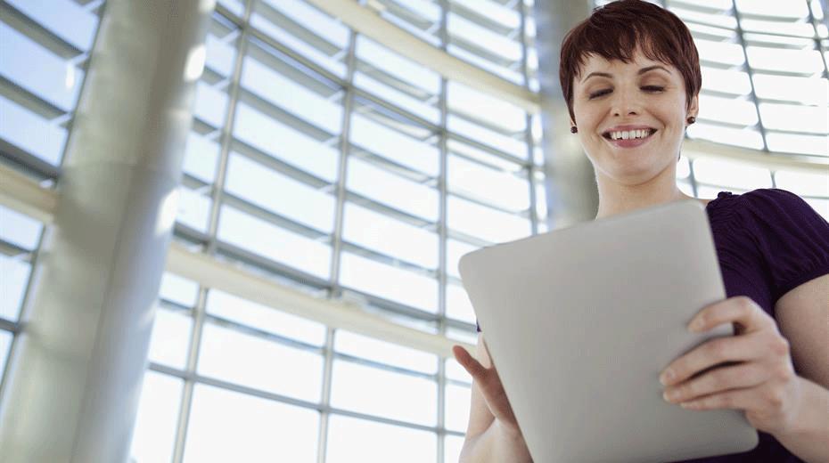 SAP Service Cloud - Frau mit Tablet