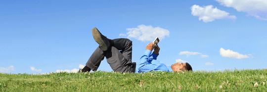 Top10 Tipps CRM - Mann mit Tablet auf Wiese