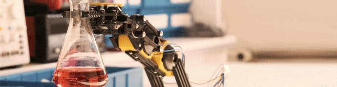 Prozessindustrie Roboterarm hält Chemikalie